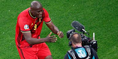 Romelu Lukaku sendet seinem Inter-Kollegen Eriksen Genesungswünsche durch die TV-Kamera
