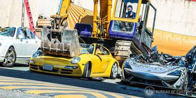 Sündteure und seltene Luxusautos mit Bagger zerstört