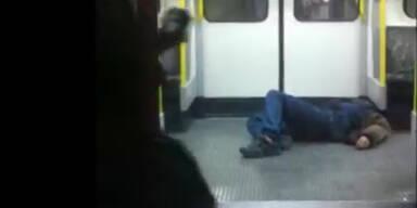 Mann kippt in U-Bahn um - keiner hilft