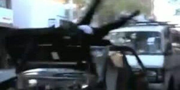 Schock-Clip: Mann zerstört sein Auto