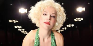 """Am 1. Juni, feierte sie Geburtstag: Marilyn Monroe. Der """"Mythos MM"""" ist bis heute ungebrochen, selbst fünfzig Jahre nach ihrem Tod schenkte sie als """"ewige Ikone und perfekte Inkarnation von Glamour"""" als Plakatmotiv den diesjaehrigen Filmfestspielen in Cannes diese besondere Prise Verführung und Geheimnis. Anlässlich dieses Jubiläums lässt das Theater in der Josfstadt die Ikone hoch Lleben und feiert sie mit dem Stück """"ICH - Marilyn: Mythos MM"""" an drei Abenden (8.,15., und 21. Juni)."""
