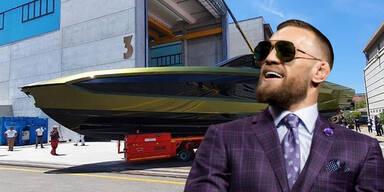 MMA-Kämpfer Conor McGregor mit seiner neuen Luxus-Yacht im Hintergrund