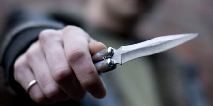 Mann stach mit Messer auf Lebensgefährtin ein