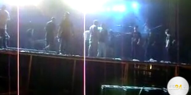 Neu Delhi: Metallica Fans zerstören Bühne