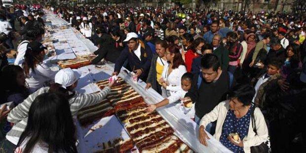 Mega-Mampf: Tausende essen 3-Königs-Kuchen