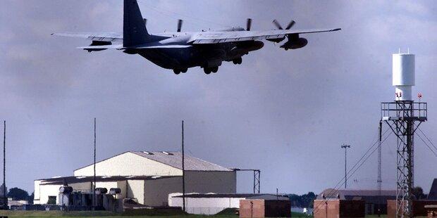 Auto rammt Tore von Militärflugplatz