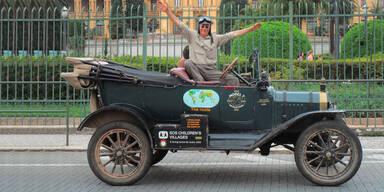 Ehepaar mit 100 Jahre altem Auto auf Weltreise