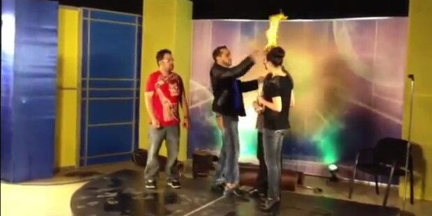 TV-Moderator zündet Haare von Gast an