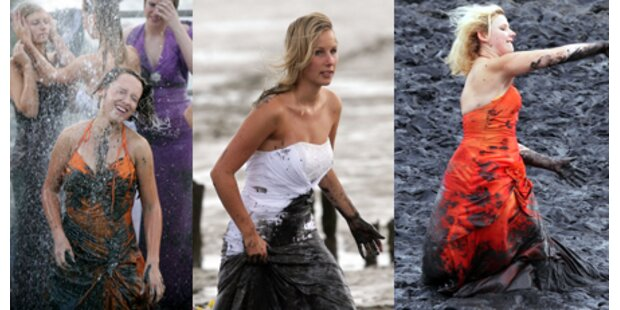Nass und dreckig: Modeschau im Schlamm