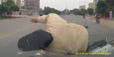 Brutal: Mopedfahrer von PKW umgemäht
