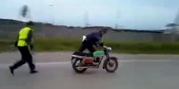 Polizeikontrolle: Moped fährt Polizist davon