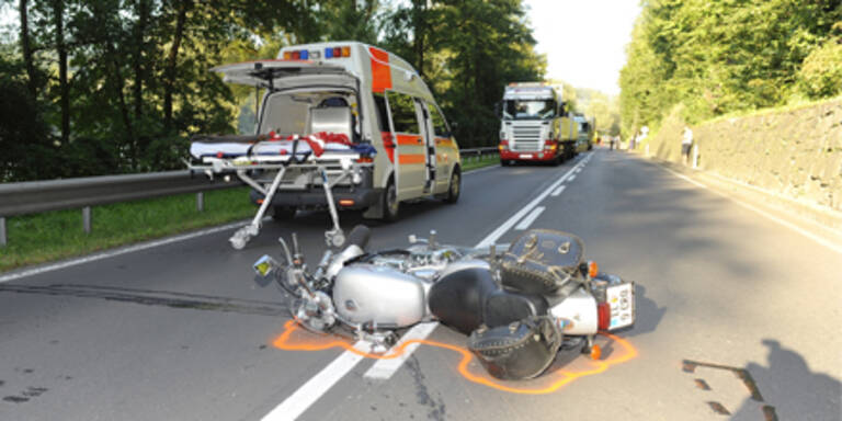 Reh prallt gegen Motorradfahrer