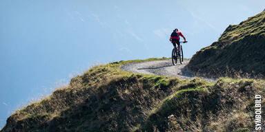 Person auf E-Bike auf einem Berg