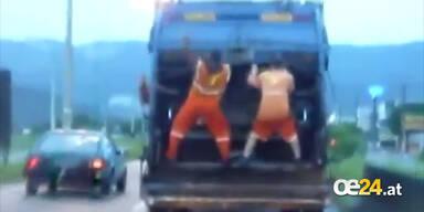 Tanzende Müllmänner bei der Arbeit
