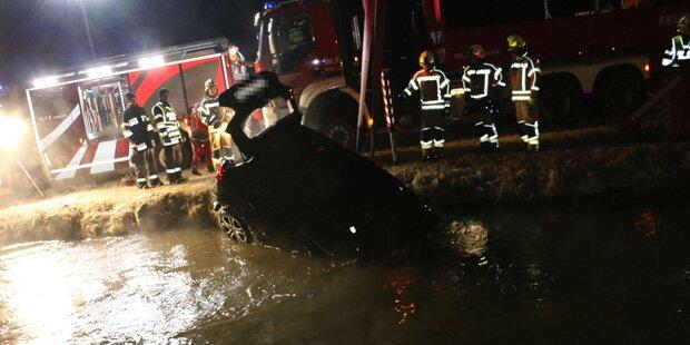 18-Jähriger lenkt Auto in Murkanal