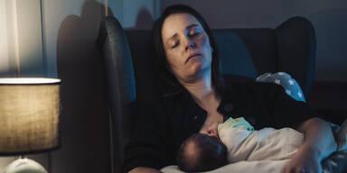 Mutter stirbt beim Stillen und erdrückt ihr Baby