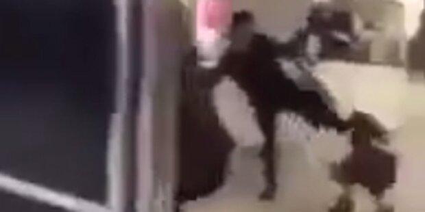Horror-Mutter tritt Tochter in den Kopf