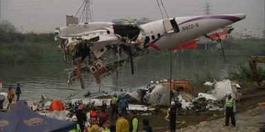 Flugzeug stürzt in einen Fluß