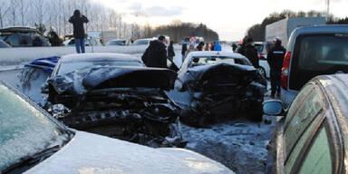 A1: Horror-Crash mit 65 Autos