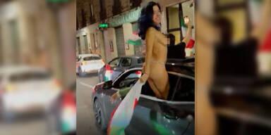 Nackter Italien-Fan jubelt aus dem Auto