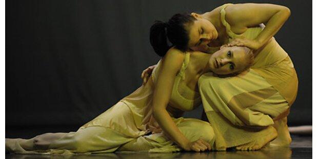Tänzerinnen zeigen