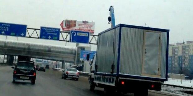 Russland: LKW rast mit Hebekran in Brücke