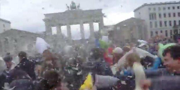 Kissenschlacht sorgt für weiße Pracht in Berlin