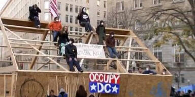 Occupy Aktivisten besetzen Holzhütte