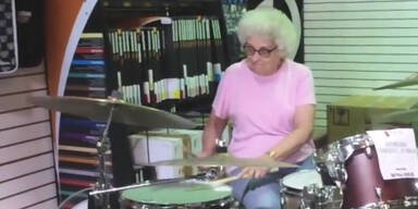 Souverän: Seniorin spielt Schlagzeug