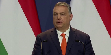 Orban vor ungarischer Flagge
