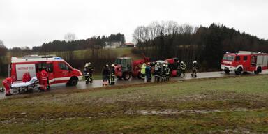 Traktor kippte um: Lenker eingeklemmt