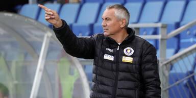 Peter Pacult (Trainer von Austria Kärnten) zeigt mit dem Finger
