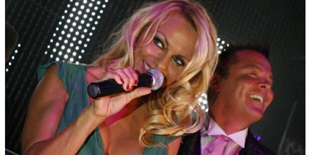 Wirre Pam Anderson feiert in Frankfurt