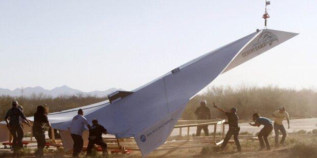 Das größte Papierflugzeug der Welt fliegt
