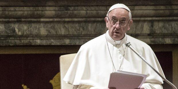 Papst Franziskus feiert Christmette
