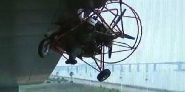 Hilflos: Paragleiter stürzt in Gebäudedach