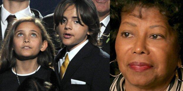 Oma Jackson schmeißt Enkel aus dem Haus