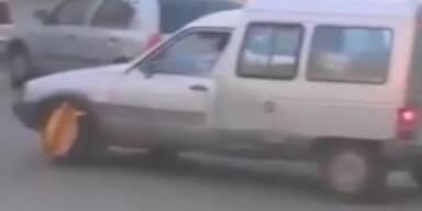Völlig irre: Fahrer startet trotz Parkkralle