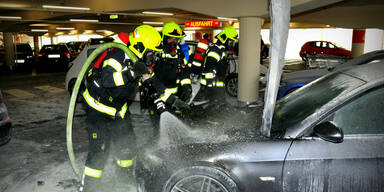 Stichflamme schoss aus Motorraum: Auto brannte in Parkhaus in OÖ