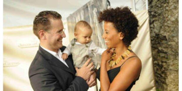 Arabella Kiesbauer zeigt ihr Baby