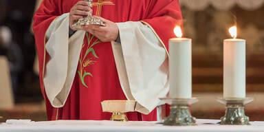 Pfarrer beim Feiern der Heiligen Messe