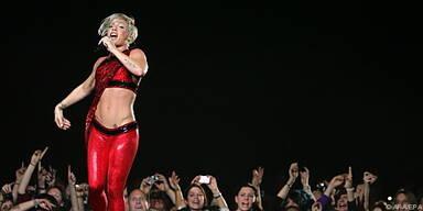 Pink mit einer an Zirkus erinnernde Bühnenshow