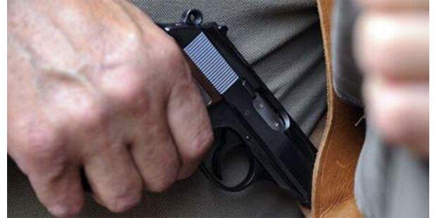 Mann schießt sich Penis weg
