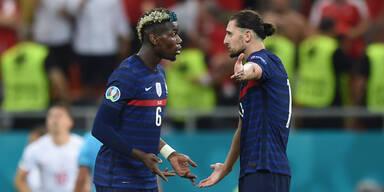 Paul Pogba und Adrien Rabiot diskutieren (beide Frankreich)