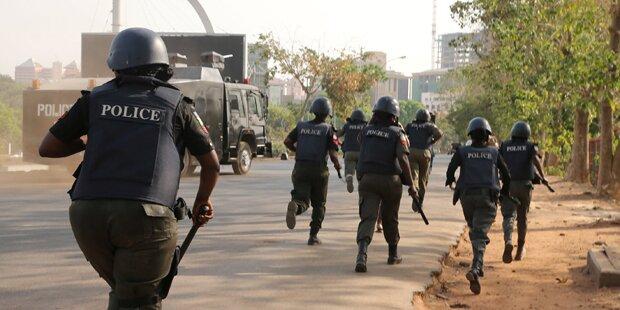 Bewaffnete entführten Lehrerin und Schüler