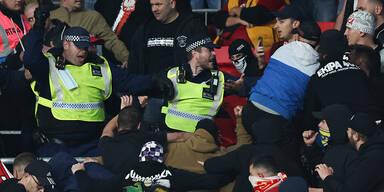 Ungarn-Fans prügeln sich mit Polizei