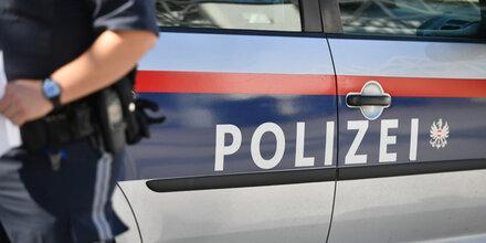 Großeinsatz vor Kindergarten in Wels: Mann prügelt auf Frau ein