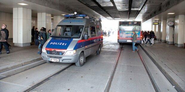Schülerin (13) lief in Straßenbahn