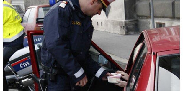 Teenie überfährt aus Angst fast Polizist
