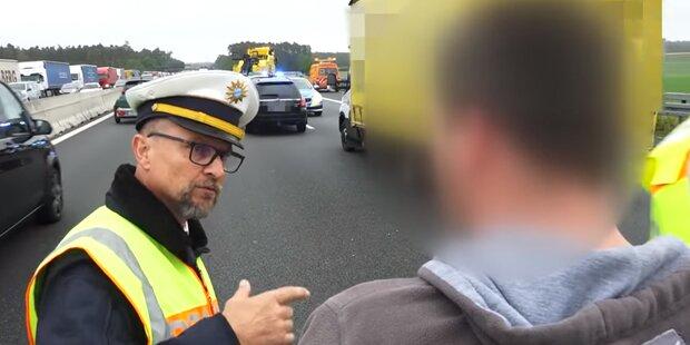 Polizist führt Gaffer vor